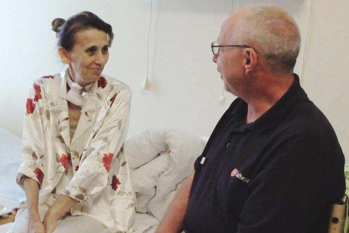 Malteser-Geschaeftsstellenleiter Juergen Hublitz am Bett einer Frau