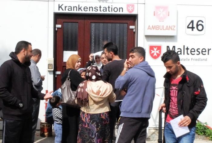 Fluechtlinge vor Malteser Krankenstation